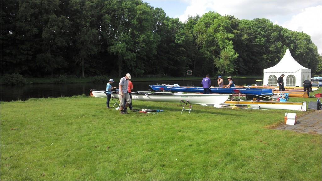 während die Einheimischen Arbeiten, bereiten früh angereiste Mannschaften schon ihre Boote für die große Reise vor