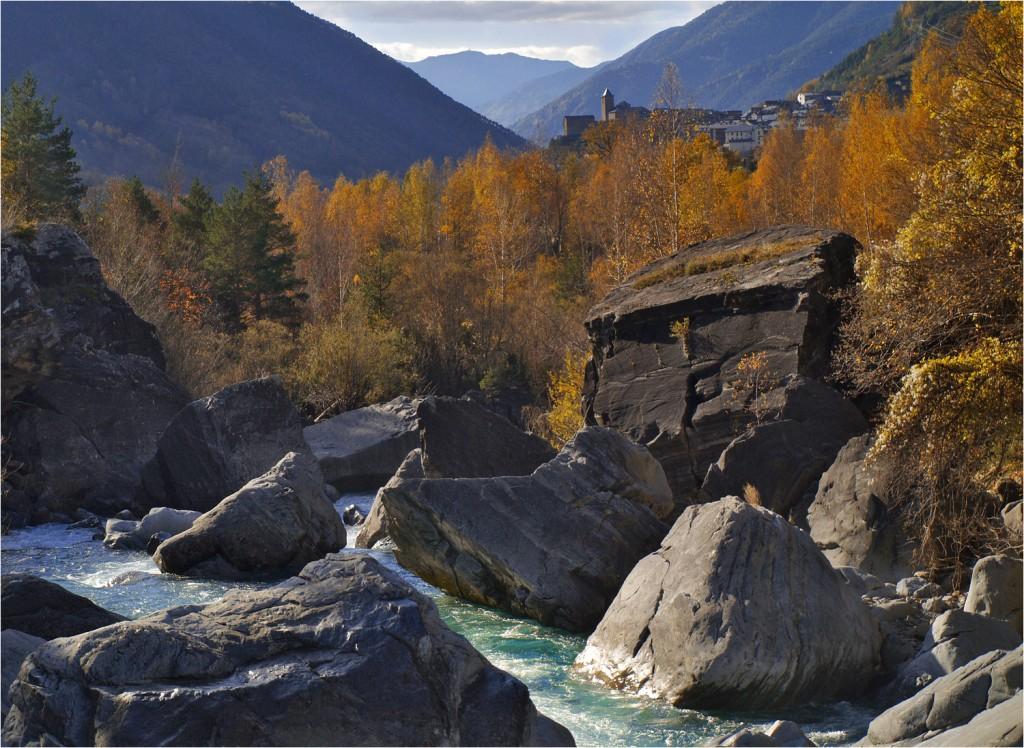 türkisblauer Río Arazas mit Torla in Hintergrung