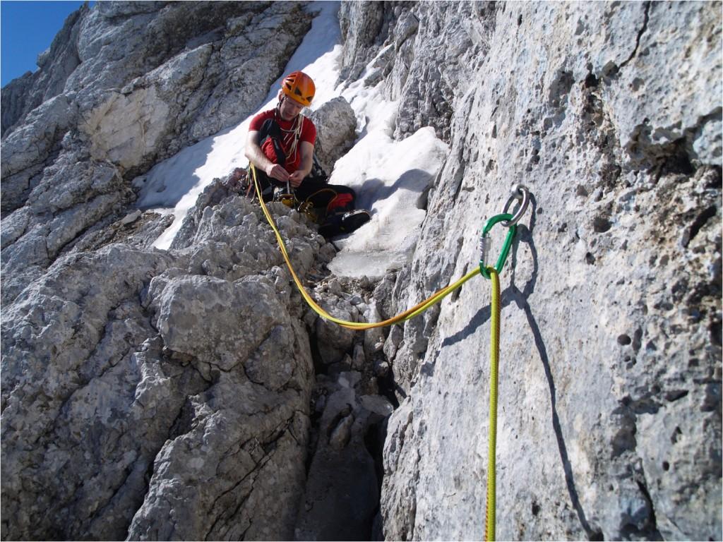 Steigeisen anziehen - es geht abwechselnd durch Schnee und Fels