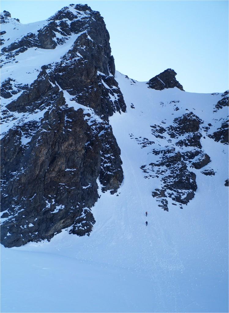 es wird steiler; über den Schnee kann man aber leider nicht bis nach oben steigen - etwa in der Mitte wird in die Felsen gequert