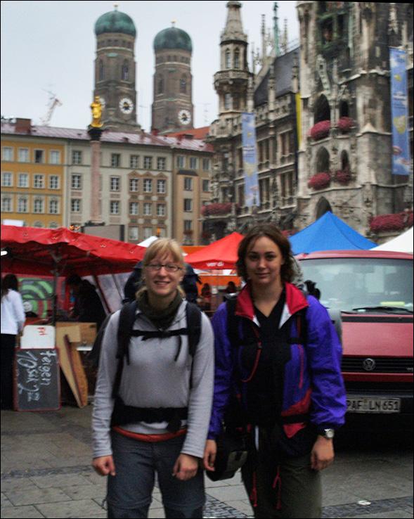 im begennenden Regen auf dem Marienplatz
