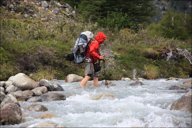 Schuhe Ausziehen gehört zum Wandern in Patagonien einfach dazu (Foto: Frank N.)