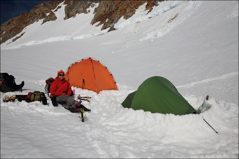 """angekommen, Zelte aufgebaut und gesichert (ein Hüttenbucheintrag: """"Unser Zelt wurde von einer Windböhe um 2m versetzt)"""