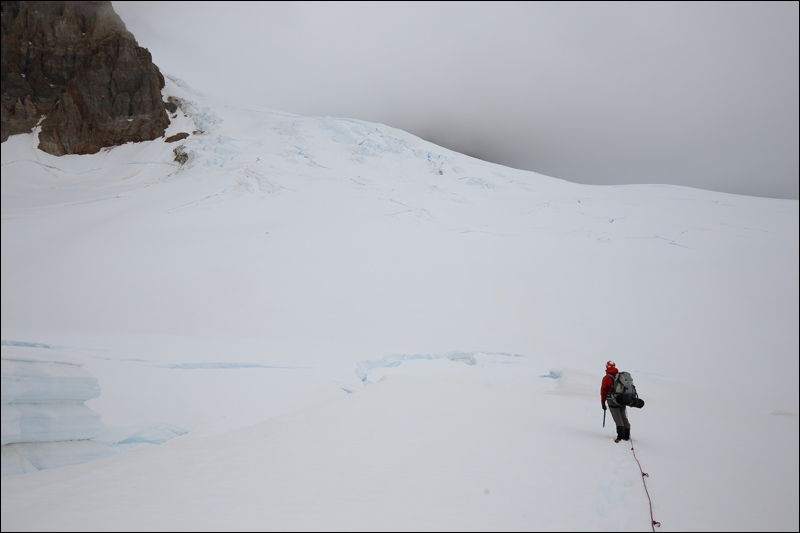 Es ist wie ein Sechser im Lotto: Zwei Profis waren kürzlich am Berg (der keine 20 Besteigungen pro Jahr hat!) und hinterließen uns eine Spur durch den Spaltenwirrwarr. Das hilft ungemein, jetzt sind wir aber allein am Berg und entsprechend vorsichtig
