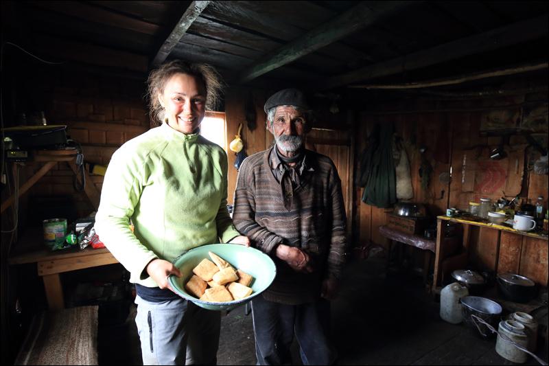 Wir werden herzlich eingeladen und mit Brot versorgt. Als Dankeschön lassen wir alles, was möglich ist, zurück (Foto: Frank N.)
