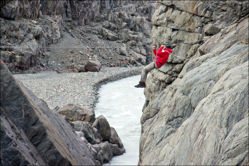 """Der Ausstieg vom Eis über den Paso del Viento ist nicht nicht das Ende der Tour. Frank auf der """"Tyrolesa"""""""