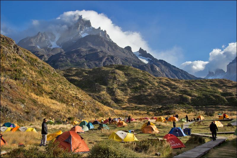 Campamento Paine Grande, das größte Lager hier, am Morgen. Die meisten Zelte werden vermietet