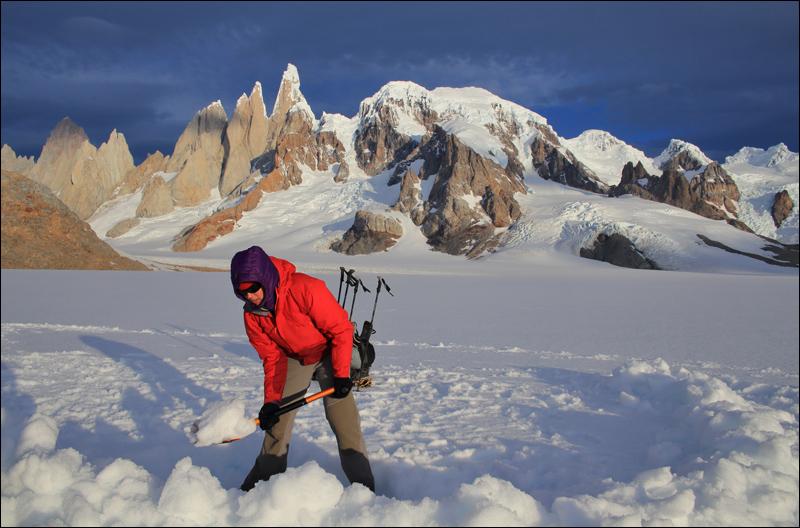 nach 13h unterwegs muss noch eine Schneemauer für die Zelte errichtet werden - wir trauen dem Wetter nicht... aber was für Arbeitsumgebung!