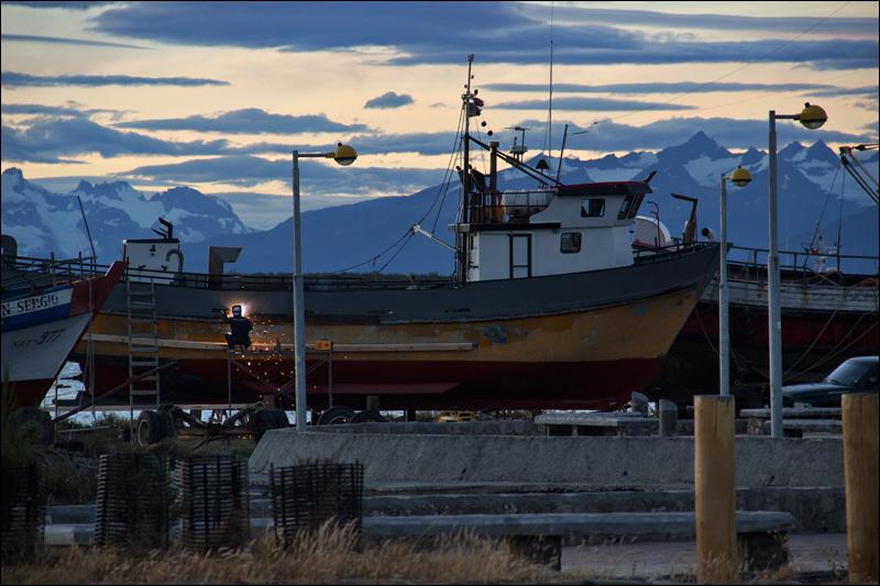 Puerto Natales liegt genauso weit südlich wie Frankfurt am Main nördlich (gleicher Breitengrad, nur im Süden). Durch den fehlenden Golfstrohm wirkt die Landschaft aber schon viel rauer.