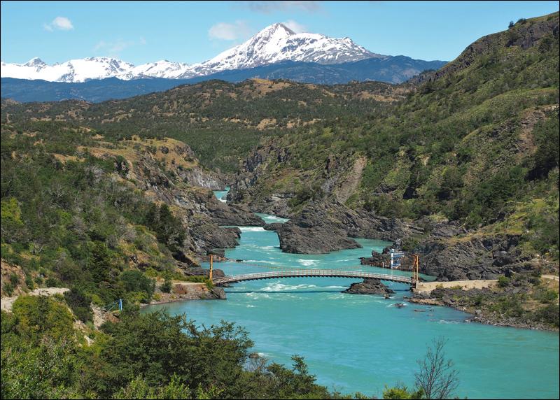 Rio Baker, Chiles größter Fluss mit seiner unglaublichen türkisblauen Farbe des Wassers