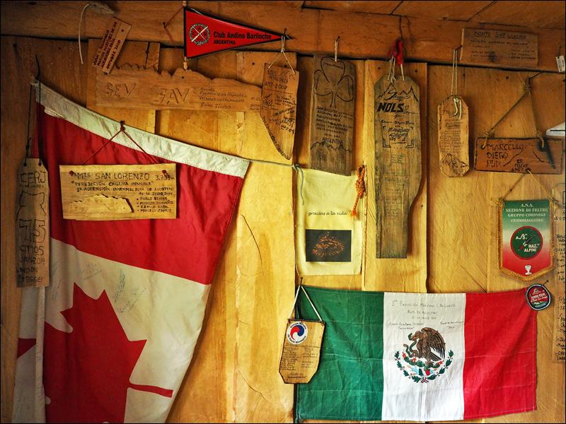 Cerro San Lorenzo ist ein begehrtes, u.a. aufgrund des Wetters nicht einfaches Ziel. Auf den Wänden im Refugio Toni Rohrer (hier verunglückter Schweizer Alpinist) findet man Geschichten und Mitbrimgsel aus aller Welt