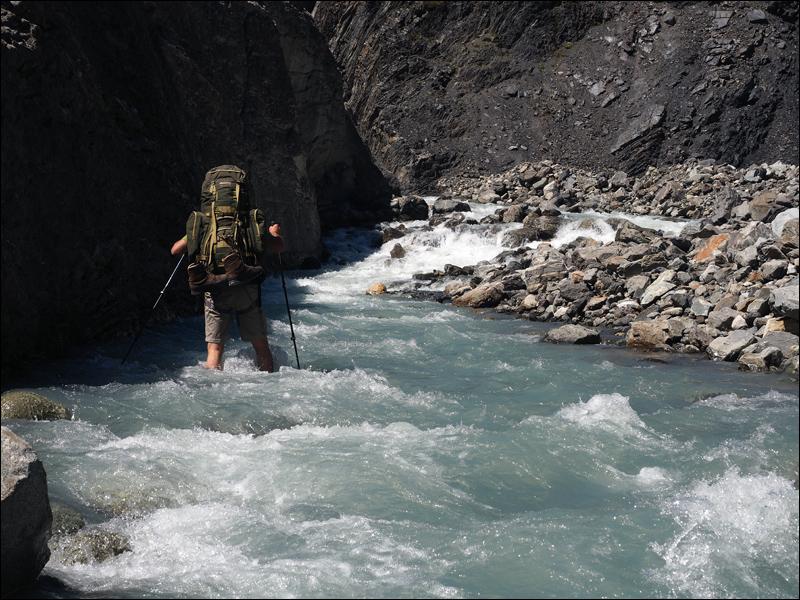 der Fluss erweist sich als schnell und schlecht einschätzbar, aber nicht so tief wie erwartet