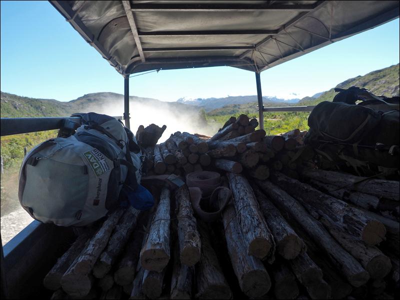 """Señor Beta, wie er sich nannte, """"vermittelte"""" uns diesen Holztransporter. Ade Ruta de los Pioneros!"""