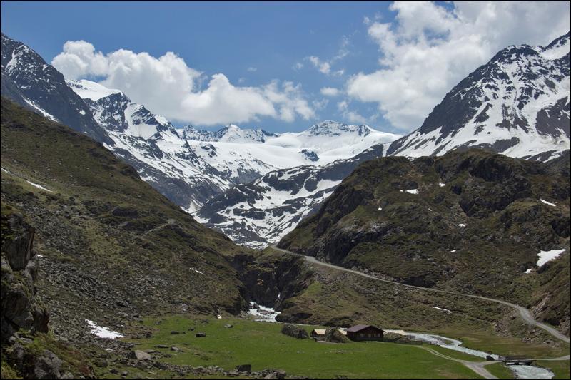 Frühsommer in den Bergen (weiter rechts um die Ecke liegt die Amberger Hütte)